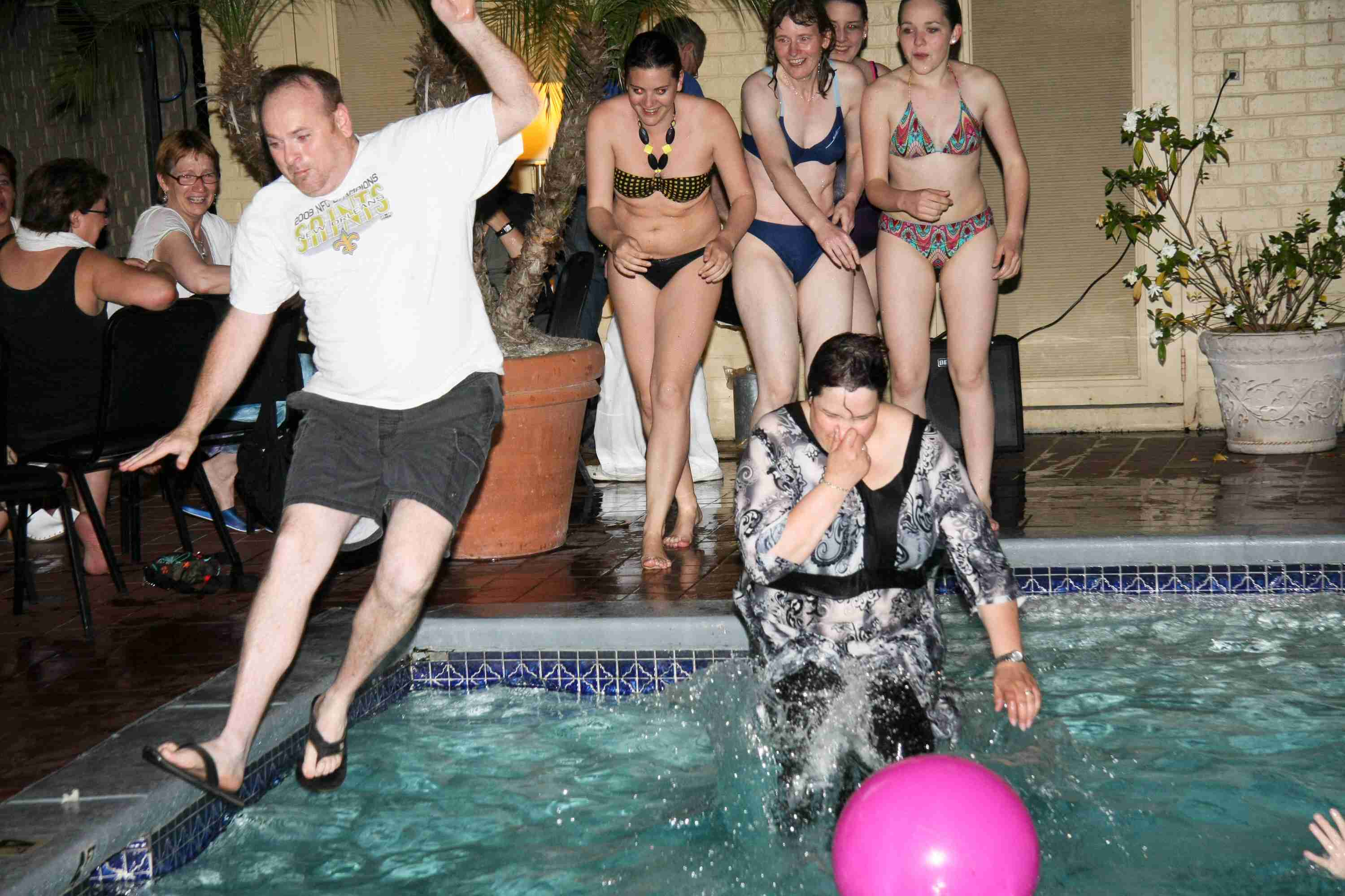 hotelmanager in den pool